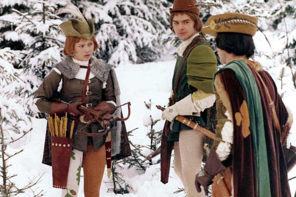 Als Jäger spielt Aschenbrödel (l.) dem Prinz (r.) einen Streich. Später erscheint die von ihrer Stiefmutter drangsalierte Kultfigur in Ballkleid im Schloss.