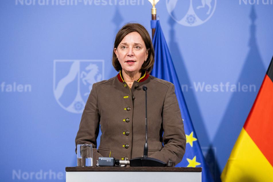 Yvonne Gebauer (54, FDP), Ministerin für Schule und Bildung von Nordrhein-Westfalen, spricht bei einer Pressekonferenz.