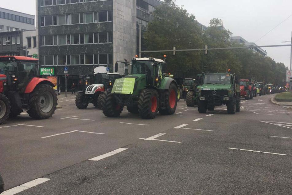 Die Traktoren fahren auf der Theodor-Heuss-Straße.