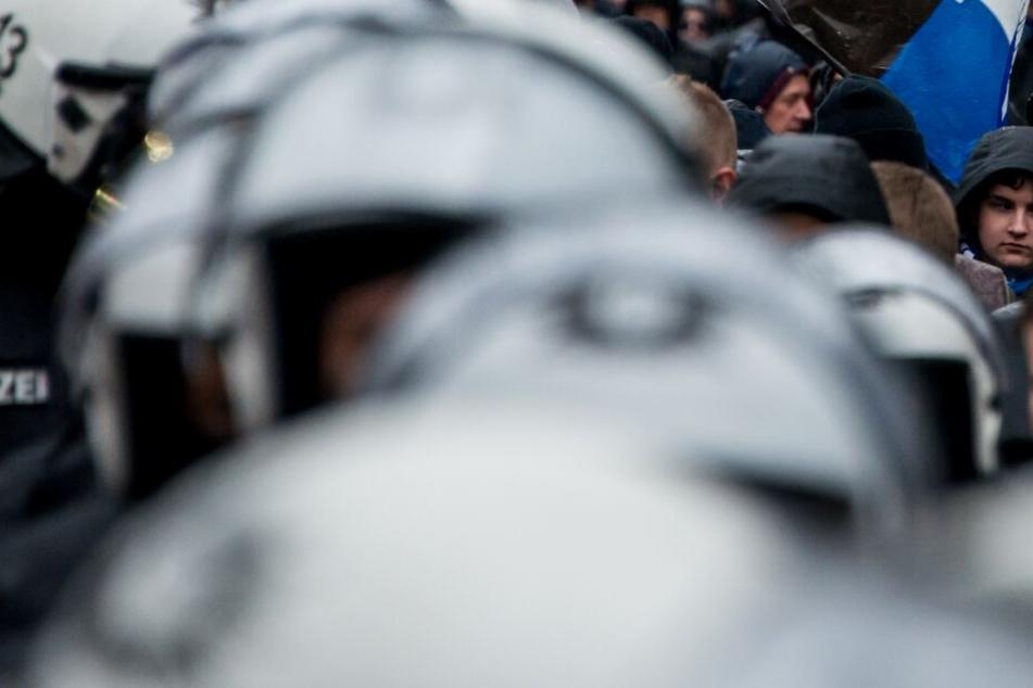 Die Polizei weiß, dass es schwieriger wird, die rivalisierenden Fanlager voneinander zu trennen. (Symbolbild)