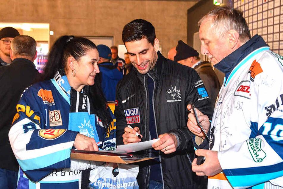 Alexander Höllers (Mitte) Autogramme waren bei den Fans begehrt.