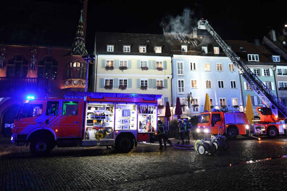 Historisches Haus auf Freiburger Münsterplatz brennt: Ein Verletzter