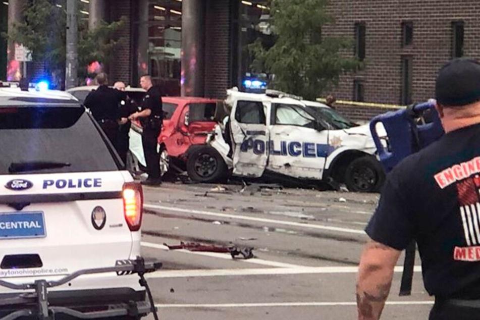 Polizisten sind nach dem schweren Unfall in Dayton im Einsatz.