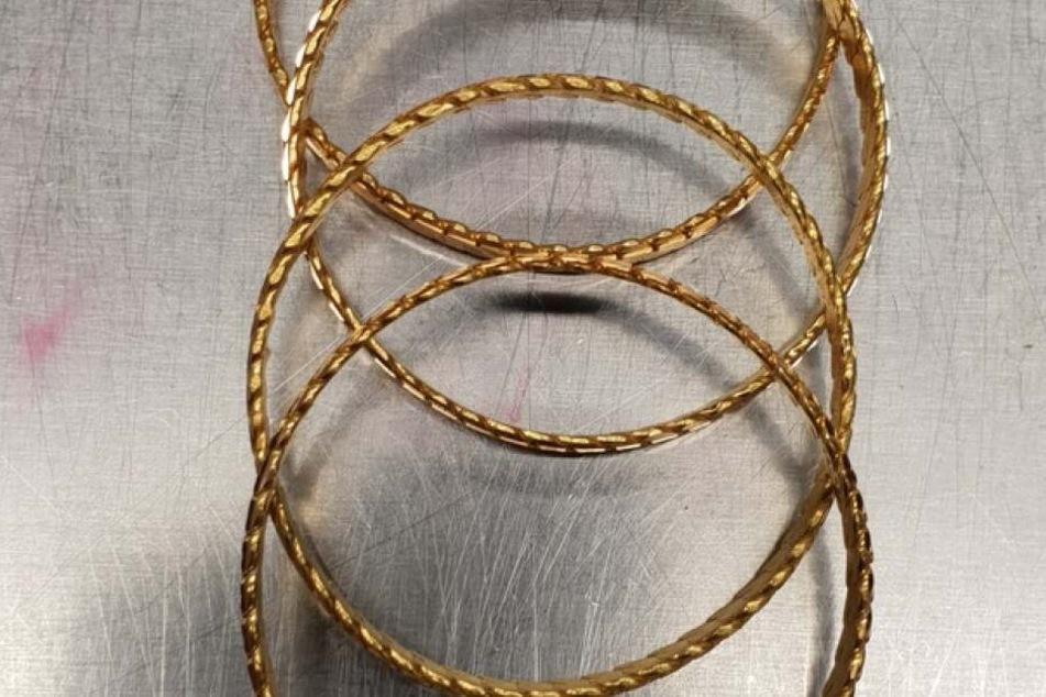 Doch die Zöllner fanden die Ringe natürlich in dem Kessel und beschlagnahmte sie zunächst.