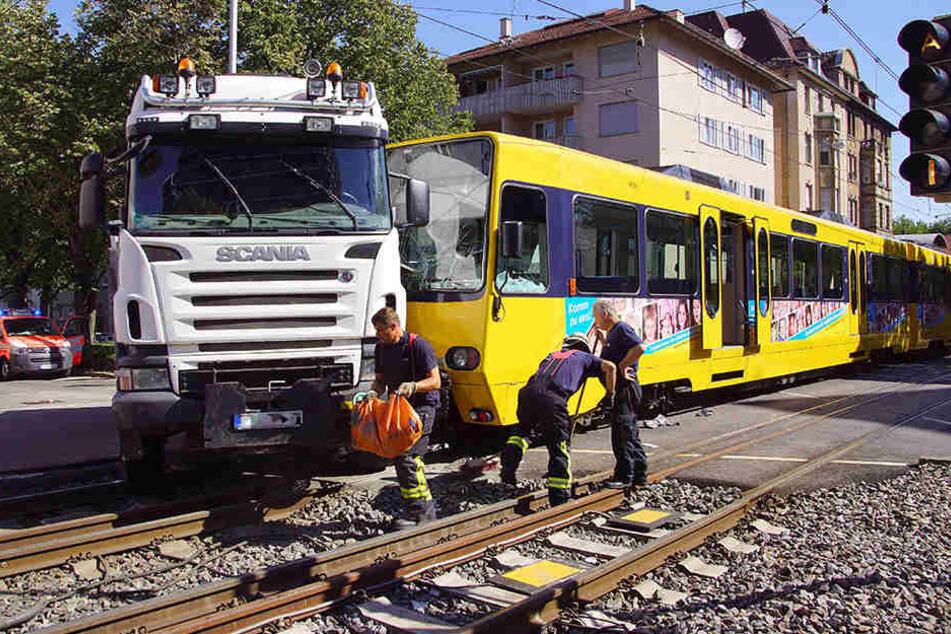 Die Straßenbahn rauschte frontal in den abbiegenden Lkw. Acht Menschen wurden verletzt.