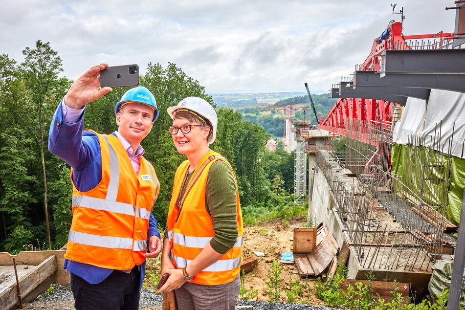 Selfie mit Baustelle und Ehefrau: Verkehrsminister Martin Dulig (47, SPD) mit seiner Susann (49) an der Gottleubatalbrücke bei Pirna.