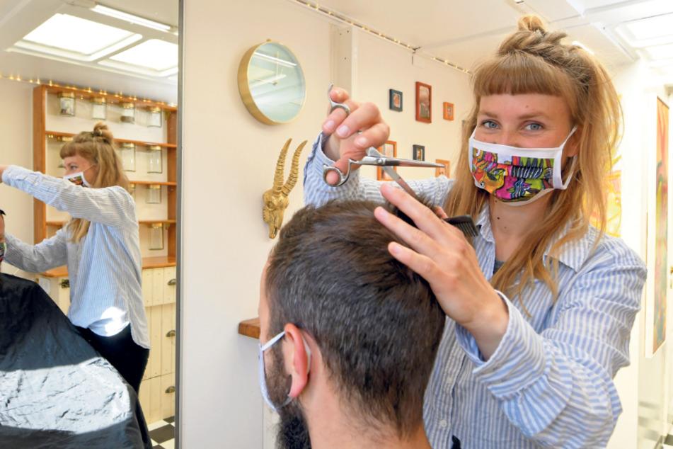 Die Friseurin hat sich auf Herrenschnitte und Hochsteckfrisuren spezialisiert.