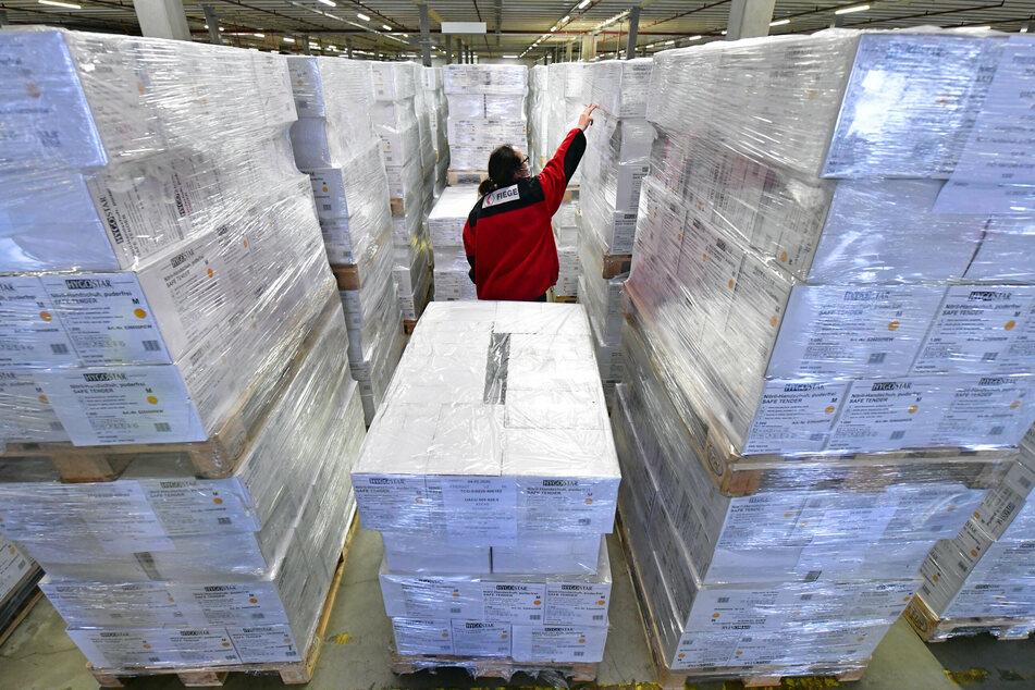 Eine Mitarbeiterin kontrolliert im Lager des Logistikunternehmens Fiege in Thüringen den Bestand an medizinischer Schutzausrüstung.