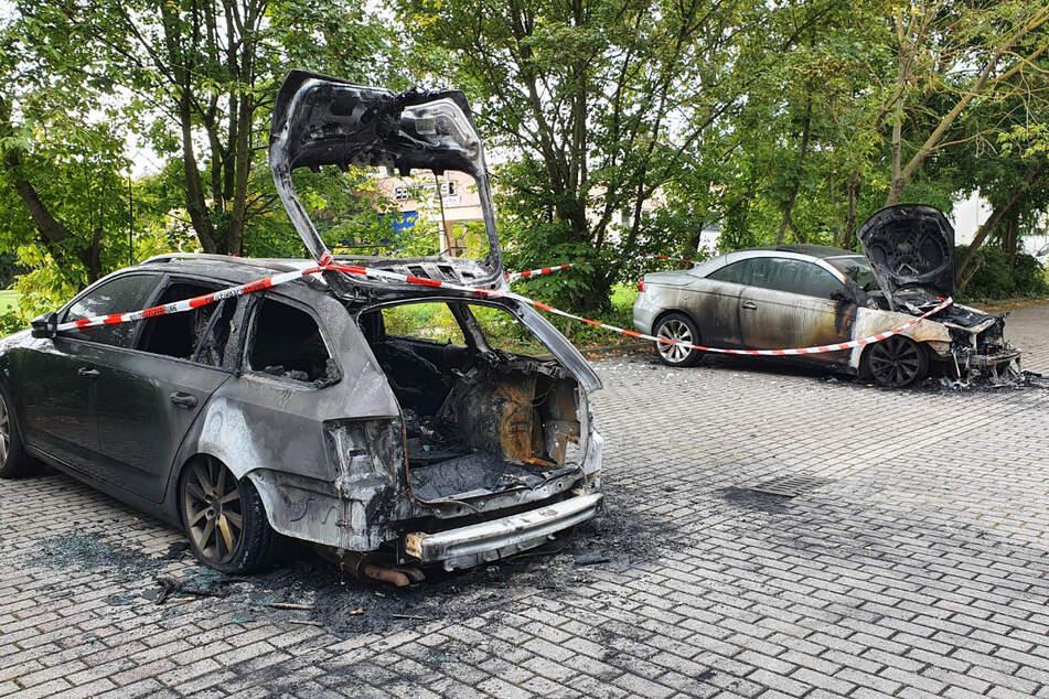 In Halle-Neustadt standen in der Nacht zwei nebeneinander parkende Autos in Flammen.