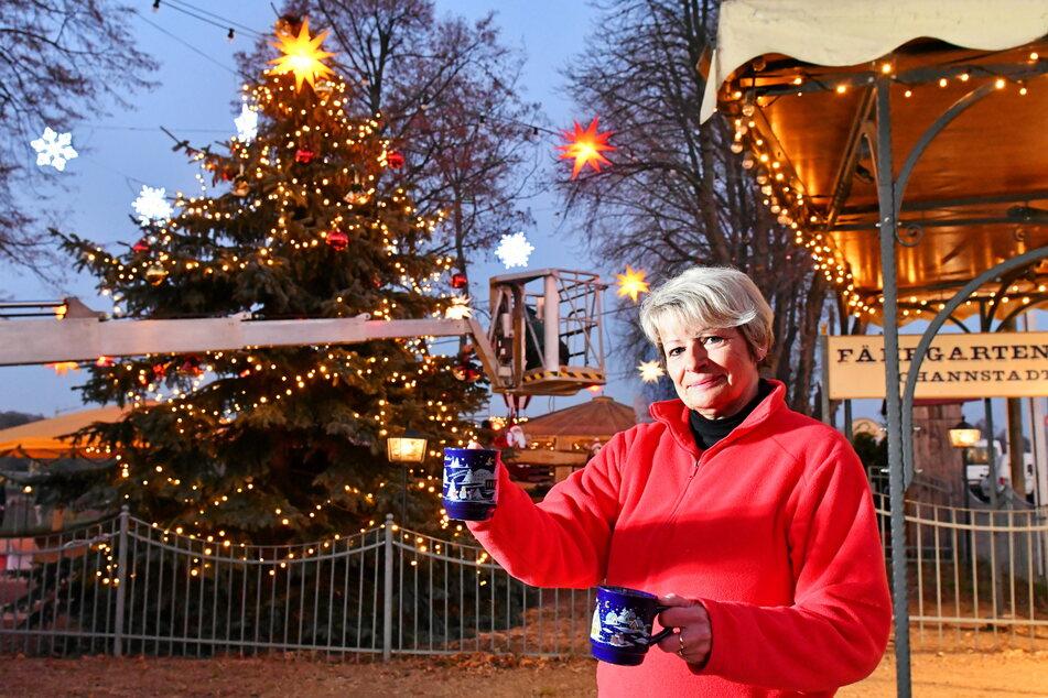Auch am Fährgarten in der Johannstadt ist die Weihnachtsstimmung eingezogen. Mitarbeiterin Kerstin Fortte (58) schenkt schon mal Glühwein ein.