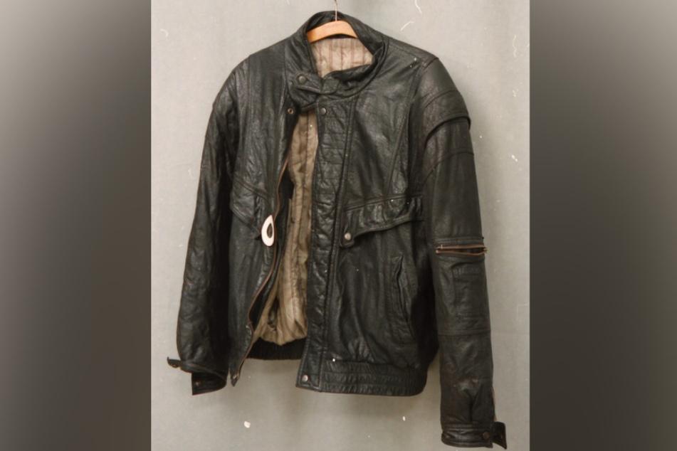 Das Foto zeigt die blutverschmierte Jacke, die der Täter getragen haben muss.