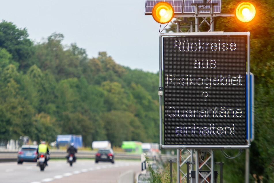 """Auf der Autobahn A7 werden Reisende aus Risikogebieten mit einer Leuchttafel """"Rückreise aus Risikogebiet? Quarantäne einhalten!"""" auf die notwendigen Maßnahmen hingewiesen."""