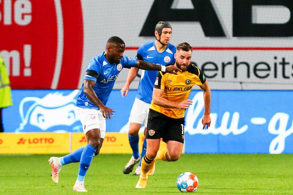 Morris Schröter (26, r., gegen Rostocks Streli Mamba, 27) gelang der Aufstieg in die 2. Liga spielend leicht.