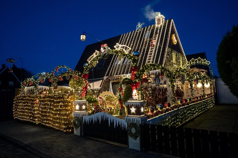 Mit Tausenden Lichtern ist das Haus in Delmenhorst geschmückt.