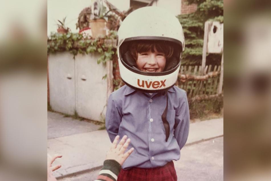 Karierte Hose, legeres Hemd, Motorradhelm – das kann doch nur ein Junge sein! Oder?