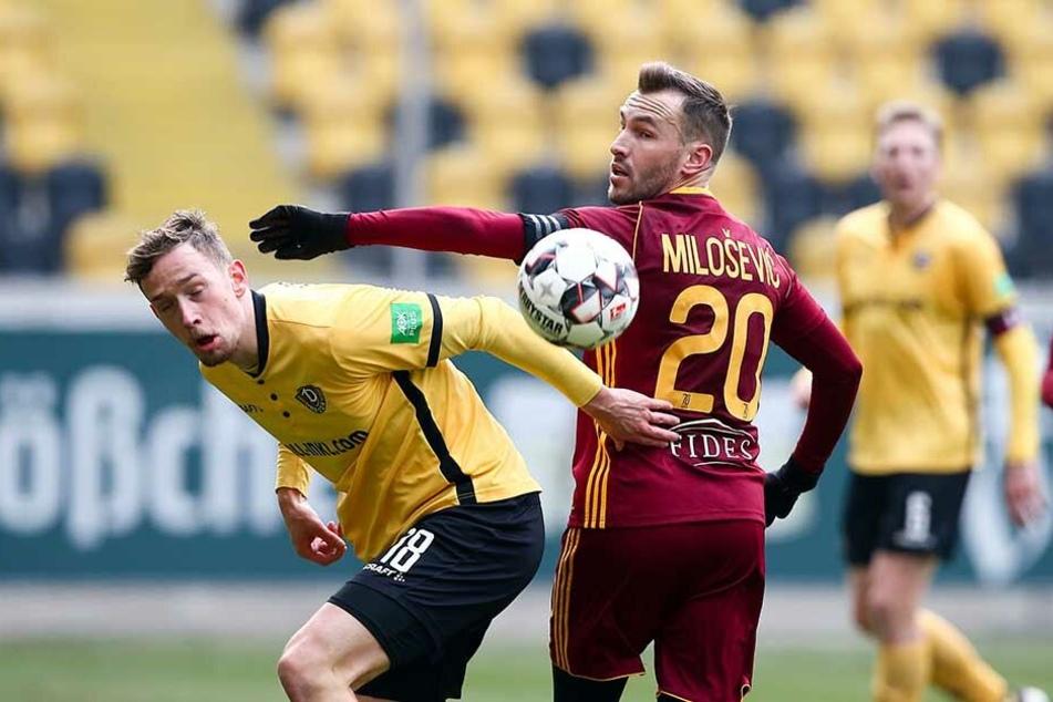 Zwar bevorzugt Jannik Müller (l.) den Platz in der Innenverteidigung, doch gibt er sich auch als rechter Abwehrspieler zufrieden. So wie hier gegen Prags Branislav Milosevic.