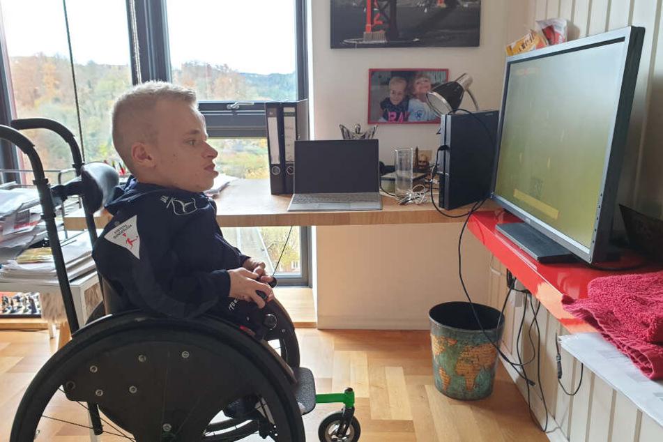 Der 23-Jährige ist neben seinem eSports-Engagement in einem Master-Studiengang beim VfB eingeschrieben, spielt gerne Schlagzeug und Schach in der Freizeit.