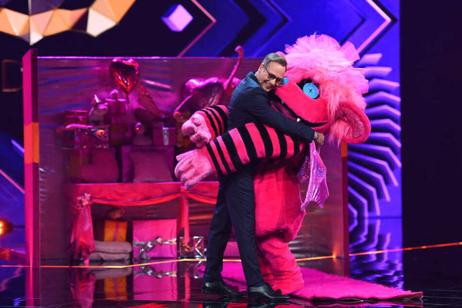 Moderator Matthias Opdenhoevel laedt die Zuschauer live auf ProSieben ein, das Rätsel um die maskierten Sänger zu lösen. (Archivbild)