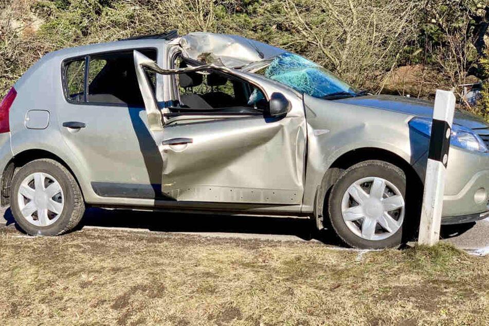 Auch das Dach und die Beifahrertür wurden bei dem Crash eingedrückt.