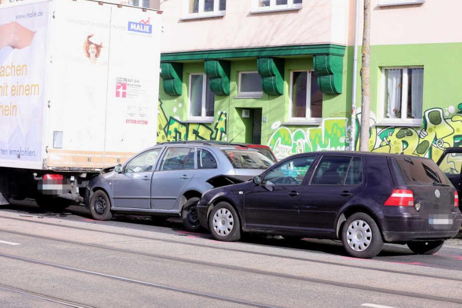 Der Skoda steht im Sandwich zwischen einem Lkw und einem VW Golf.