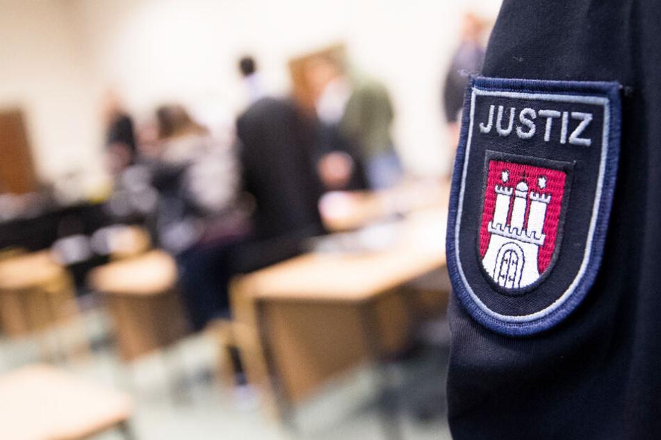 Ein 42-Jähriger steht in Hamburg wegen eines Messerangriffs auf seine Noch-Ehefrau vor Gericht. (Archivbild)