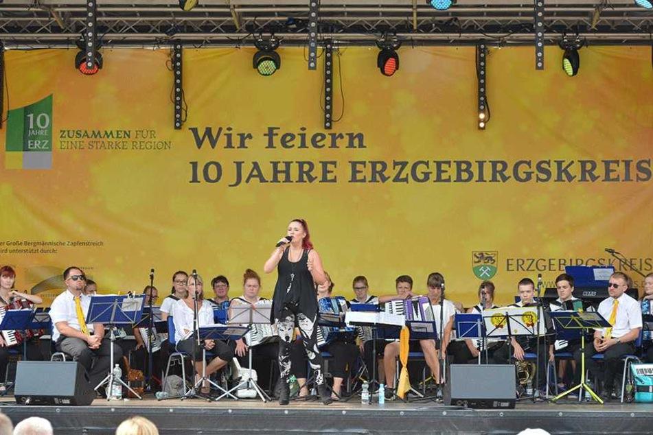 Gesang zum Kreis-Jubliäum: In Annaberg trat unter anderem ErziStar-Gewinnerin Vivien Kretzschmar (19) auf.