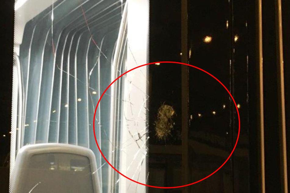 Bei dem Anschlag am Wochenende wurde eine Scheibe beschädigt.