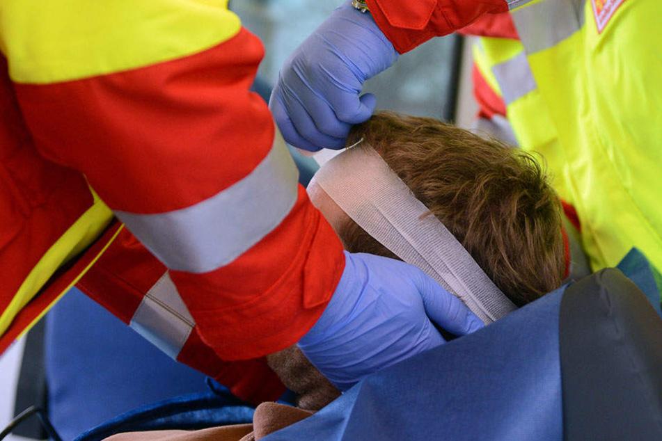 Der 25-Jährige wurde eine Eisenstange ins Gesicht geschlagen. Rettungskräfte brachten den Mann ins Krankenhaus. (Symbolbild)