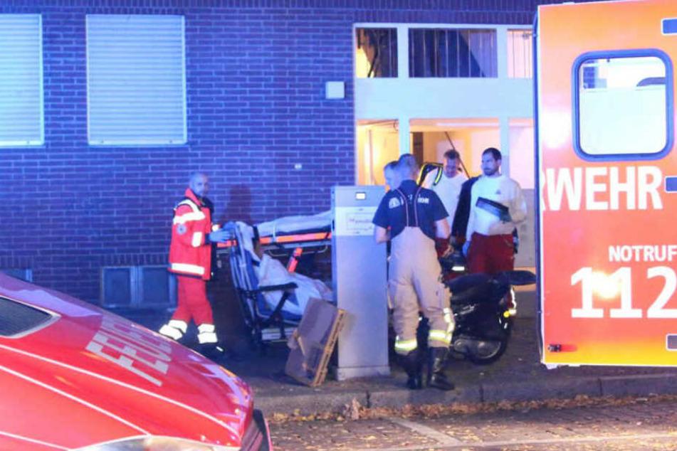 Rettungskräfte kümmern sich um den verletzten Mann, der sich wohl das Leben nehmen wollte.