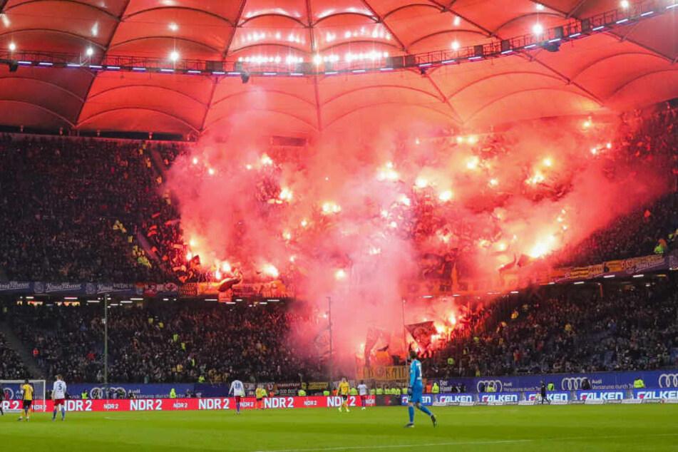 Dresdner Fans zünden beim Spiel HSV gegen Dynamo Pyrotechnik im Volksparkstadion.