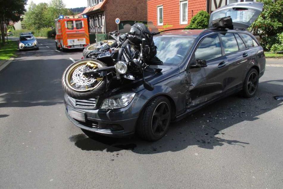 Das Motorrad landete schwer beschädigt auf der Frontseite des Autos.