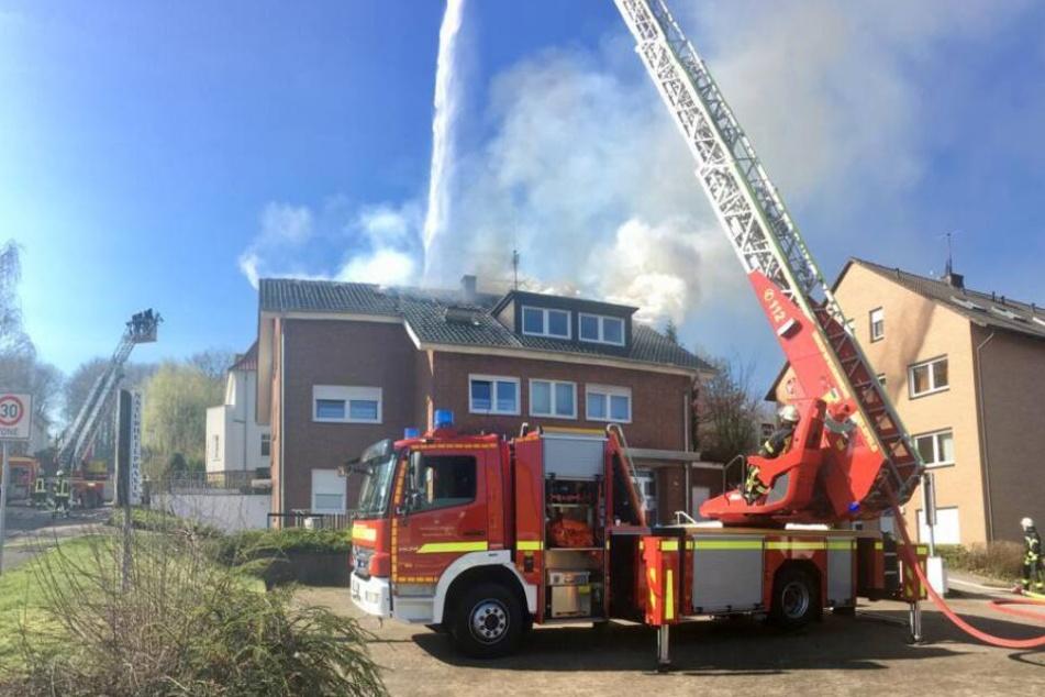 Mit mehreren Drehleitern ist die Feuerwehr vor Ort.