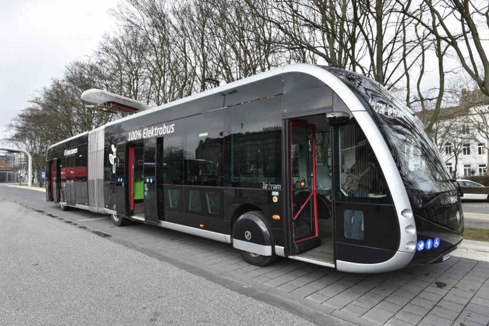 """Der Elektrobus """"Irizar ie-tram 18m"""" steht an einer Ladestation in Hamburg."""