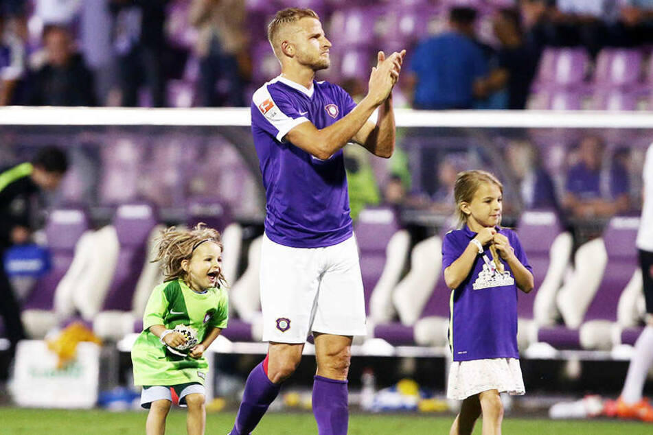 Nach dem Hinspiel war Nicky Adler glücklich. Seine Kinder durften mit aufs Feld.