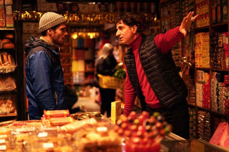Der charmante und zugleich gerissene Ladenbesitzer Mansour (r., Simon Abkarian) sorgt für viele Lacher. Hier dreht er Remy (Francois Civil) teurere Lebensmittel an.