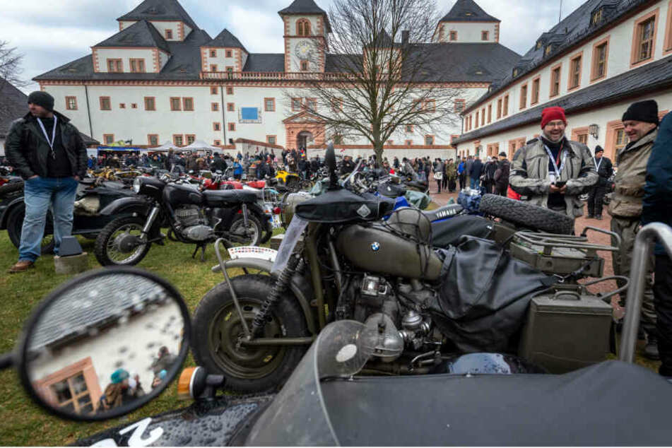Wieder was los: Nachdem letztes Jahr das Wetter das Wintertreffen ausfallen ließ, kamen dieses Jahr knapp 10.000 Menschen auf die Augustusburg. Der Bereich unter dem Südtor (F.o.) war knackevoll.