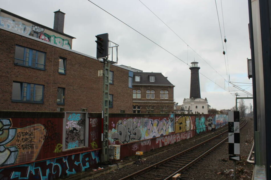 Der Leuchtturm befindet sich direkt an einer Bahnstrecke.