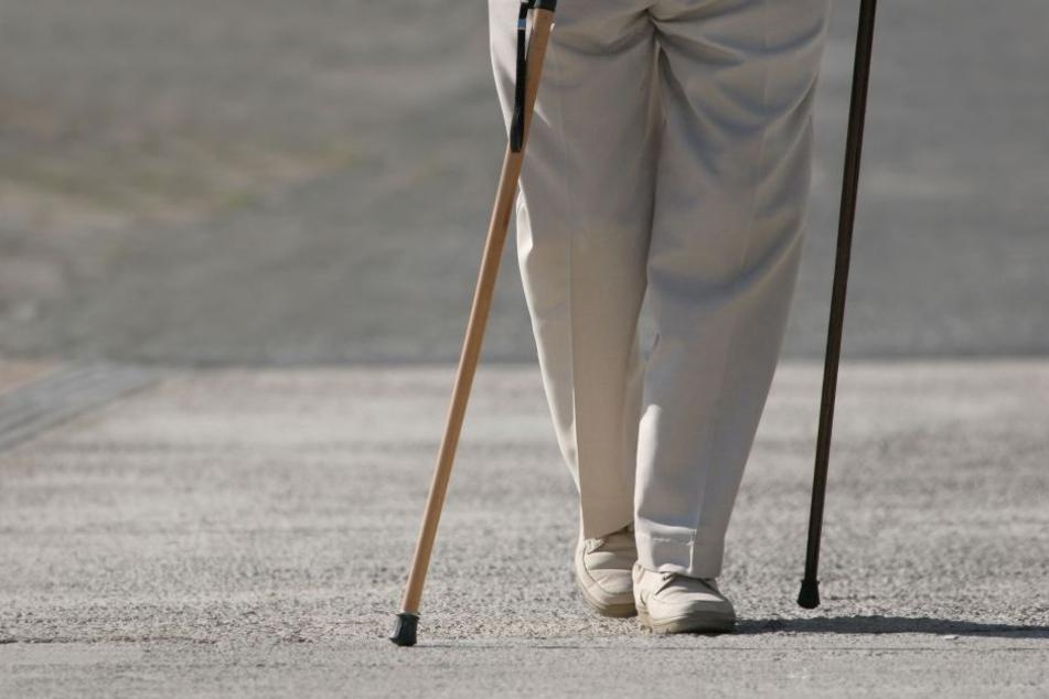 Der Rentner wurde überfallen und ausgeraubt. (Symbolbild)