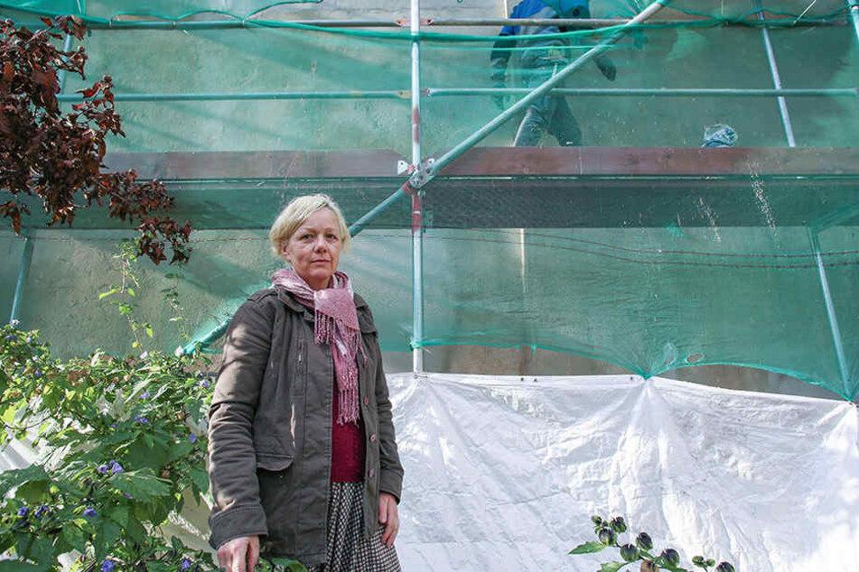 Anwohnerin Katrin Hofer (52) im Garten ihres Hinterhofes. Direkt daneben wird eine 16 Meter hohe Brandwand gebaut.