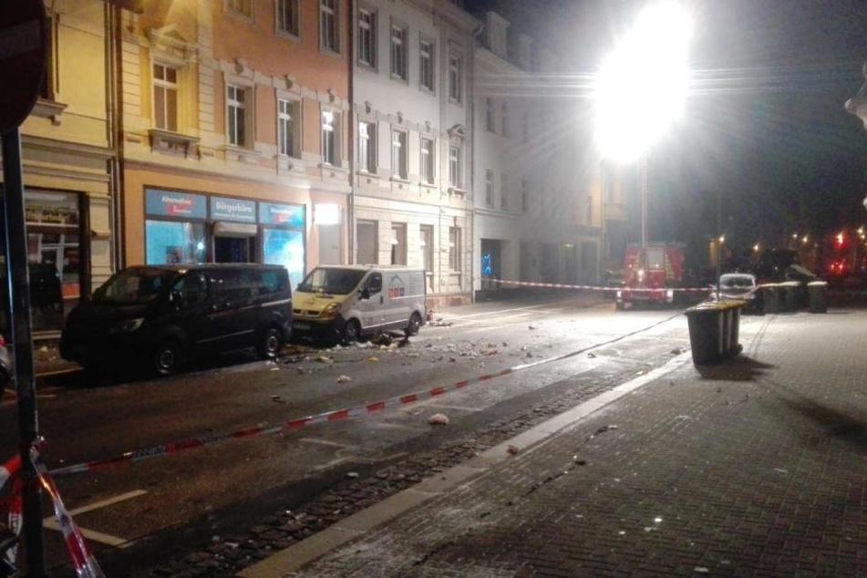 Die Straße vor dem Büro glich einem Trümmerfeld.
