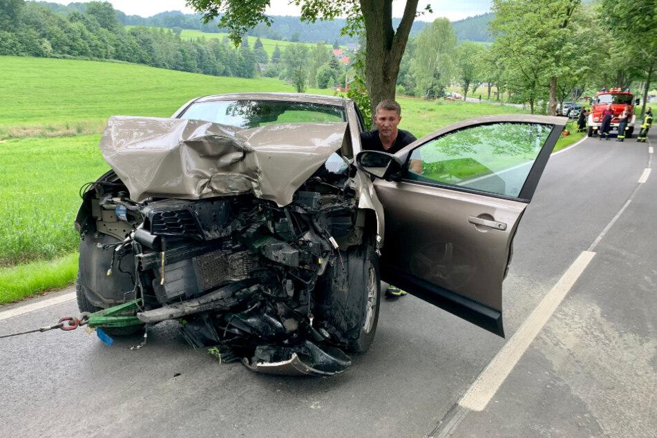 Das schwer demolierte Auto konnte von der Wiese geborgen werden.