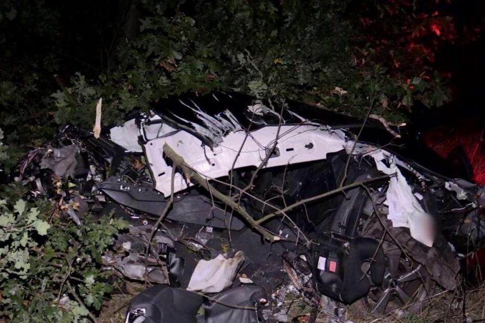 Reste des zerstörten Autos.
