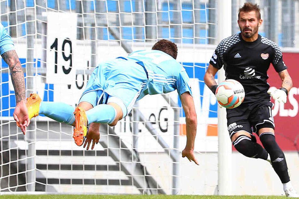 Florian Hansch (links) bei einer Kopfball-Chance.