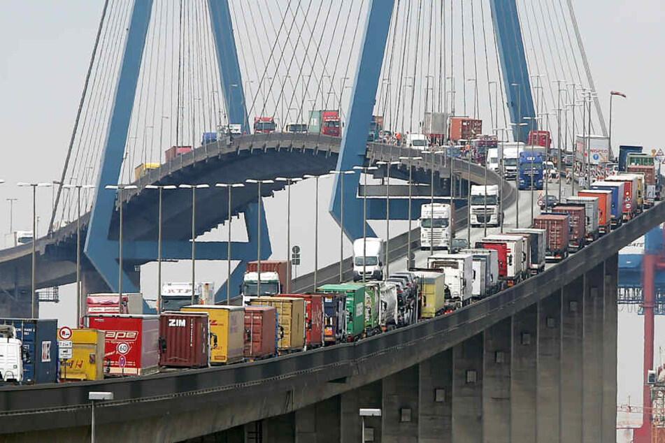 Dieses Bild kennt wohl jeder Hamburger: Autos und Lastwagen stauen sich auf der Köhlbrandbrücke im Hafen von Hamburg.