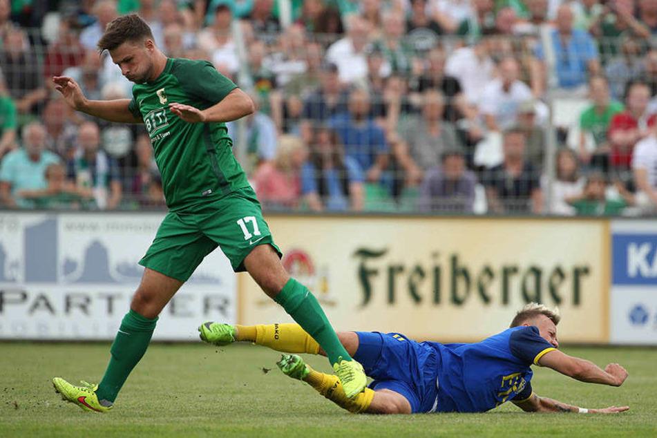 Maximilian Pommer (r.), hier im Spiel gegen Chemie Leipzig, fällt am Samstag verletzt aus.