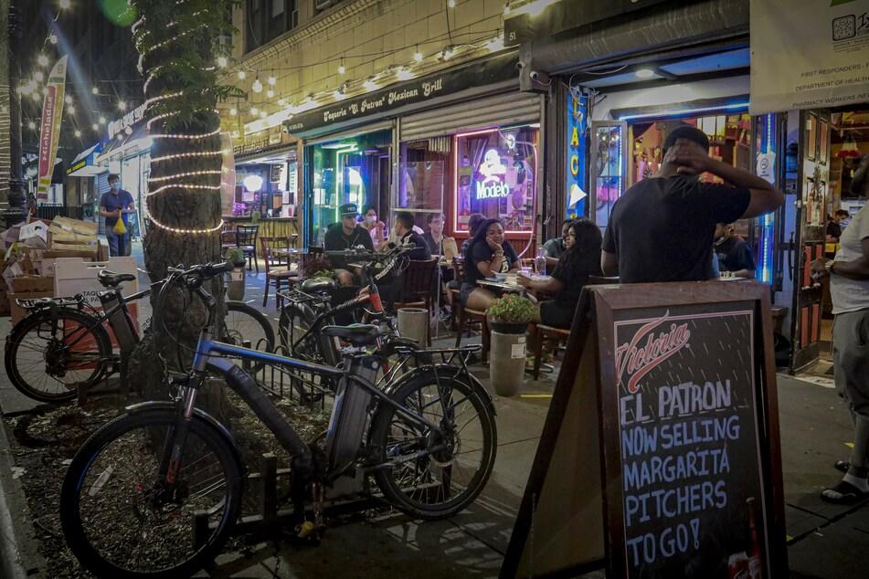 New York: Gäste sitzen im Außenbereich eines Restaurants. Weil es in vielen Teilen der USA zu Corona-Negativrekorden kommt, bleiben in der Millionenmetropole New York die Innenbereiche von Restaurants und Bars geschlossen.