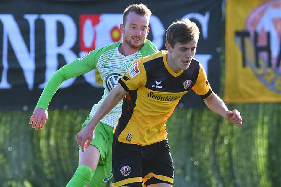 Niklas Hauptmann im Testspiel gegen den VfL Wolfsburg vor Maximilian Arnold am Ball.