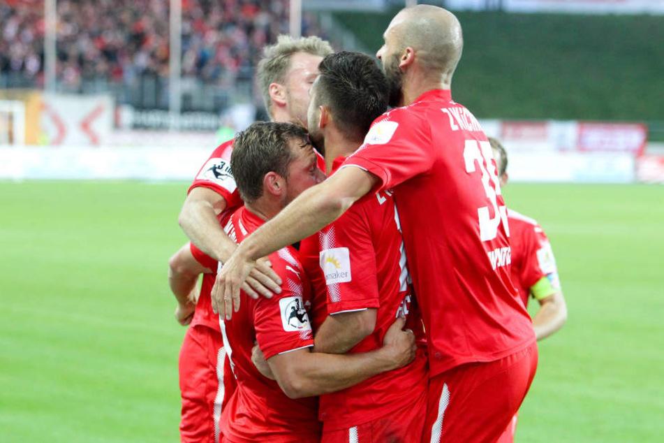Zwickauer Spieler bejubeln das 1:0 durch Davy Frick (m.).