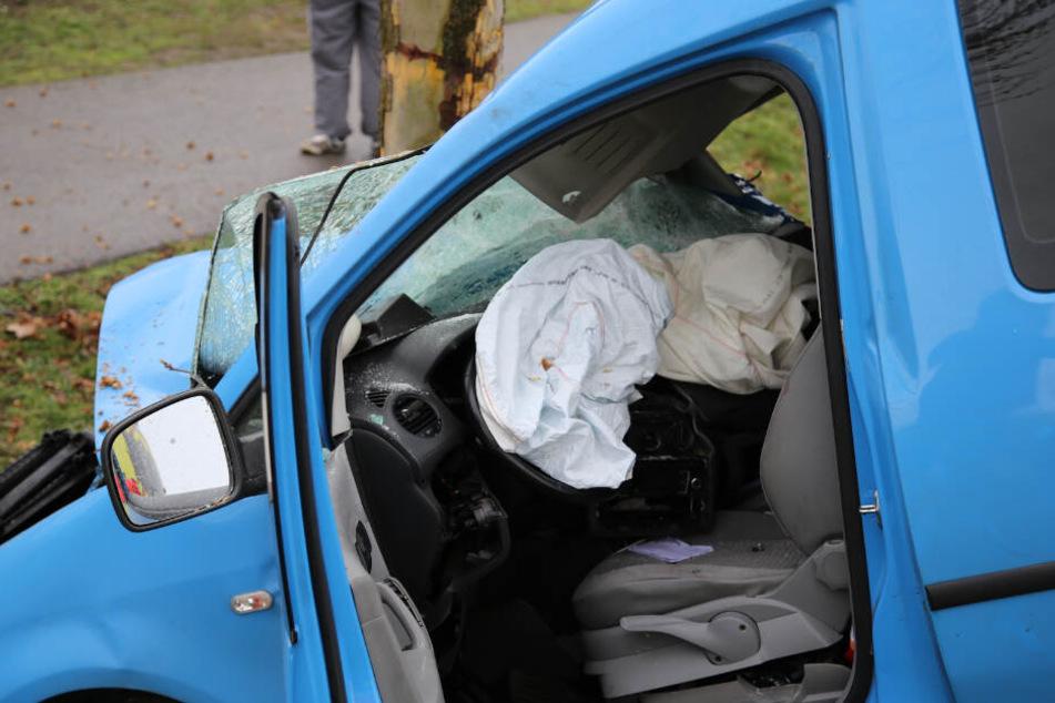 Der junge Autofahrer hatte Glück im Unglück: Er wurde nur leicht verletzt.