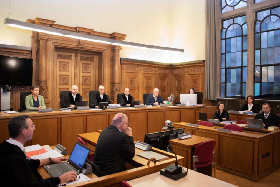 Blick in den Gerichtssaal zu Prozessbeginn im November. Die Angeklagten wurden zu ihrer eigenen Sicherheit erst späte rin den Saal gebracht.